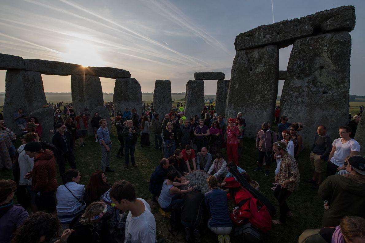 Le 21 juin 2017, à Stonehenge, dans le sud de l'Angleterre, de nombreuses personnes se sont ...