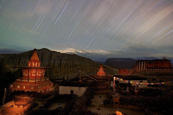 Le soir tombe sur les temples et les maisons de Tsarang, qui fut la ville la ...