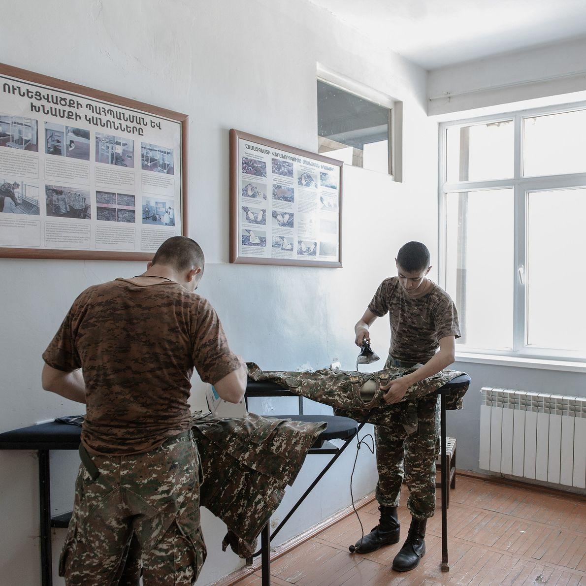 Dans le cadre de leur formation militaire, les soldats prennent soin de leurs effets personnels, comme ...