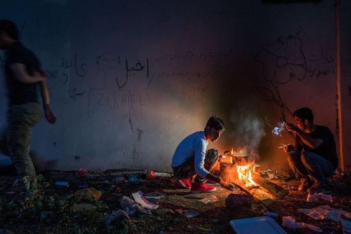 Dans un lieu abandonné situé à Sid, en Serbie, Hamid, 16 ans, cuisine. Michel Saint-Lot, de ...