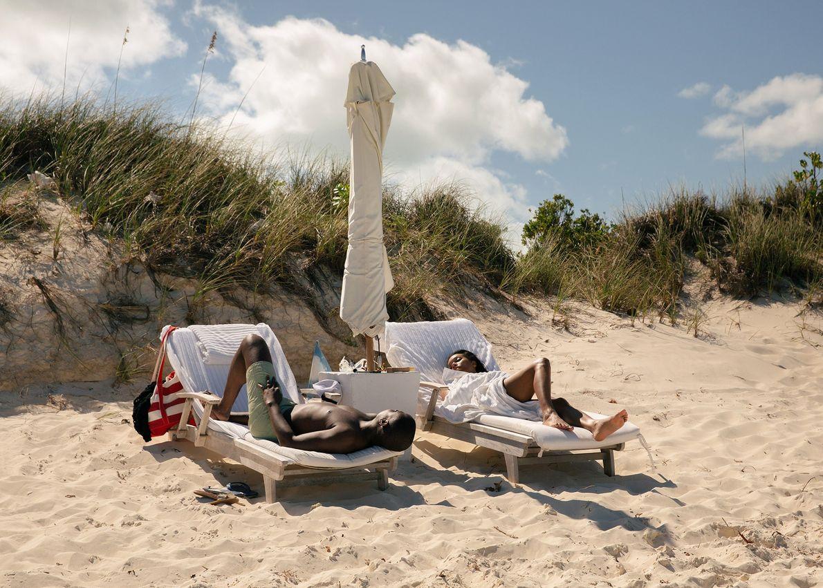 Les touristes profitent du soleil sur Parrot Cay, une station balnéaire privée et l'une des 40 ...
