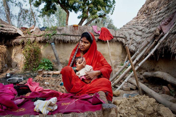 Phulmati, 17 ans, cajole son bébé chez elle. En moyenne, les filles de la région de ...