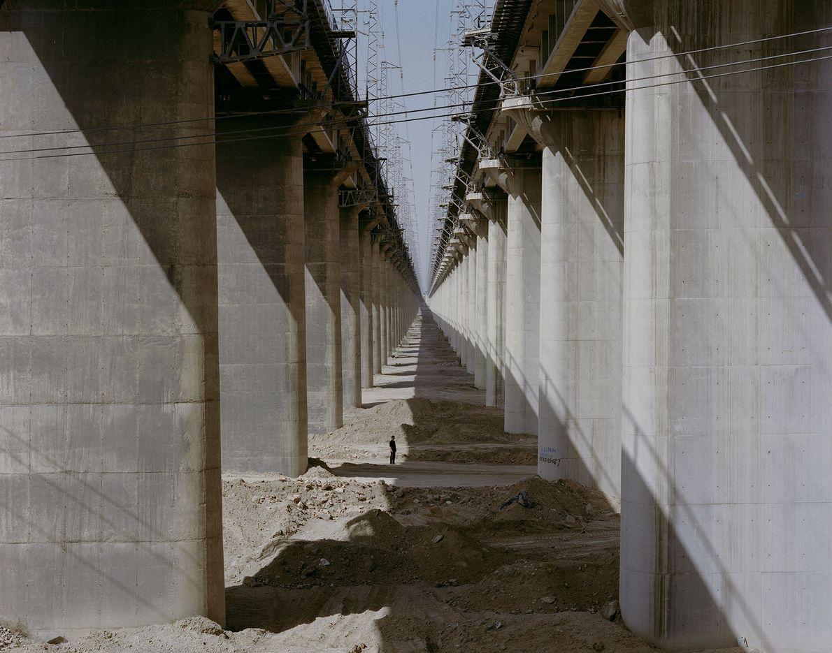 Des trains chargés de charbon traversent dans un grondement le pont ferroviaire de Daqin à Datong, ...