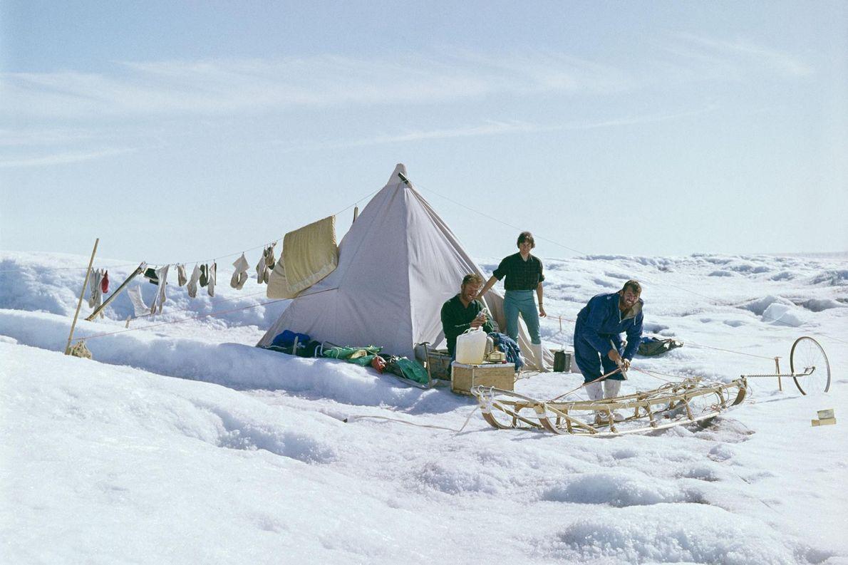 Pendant l'expédition, l'équipe se protège du blizzard, de la pluie et du soleil avec une simple ...