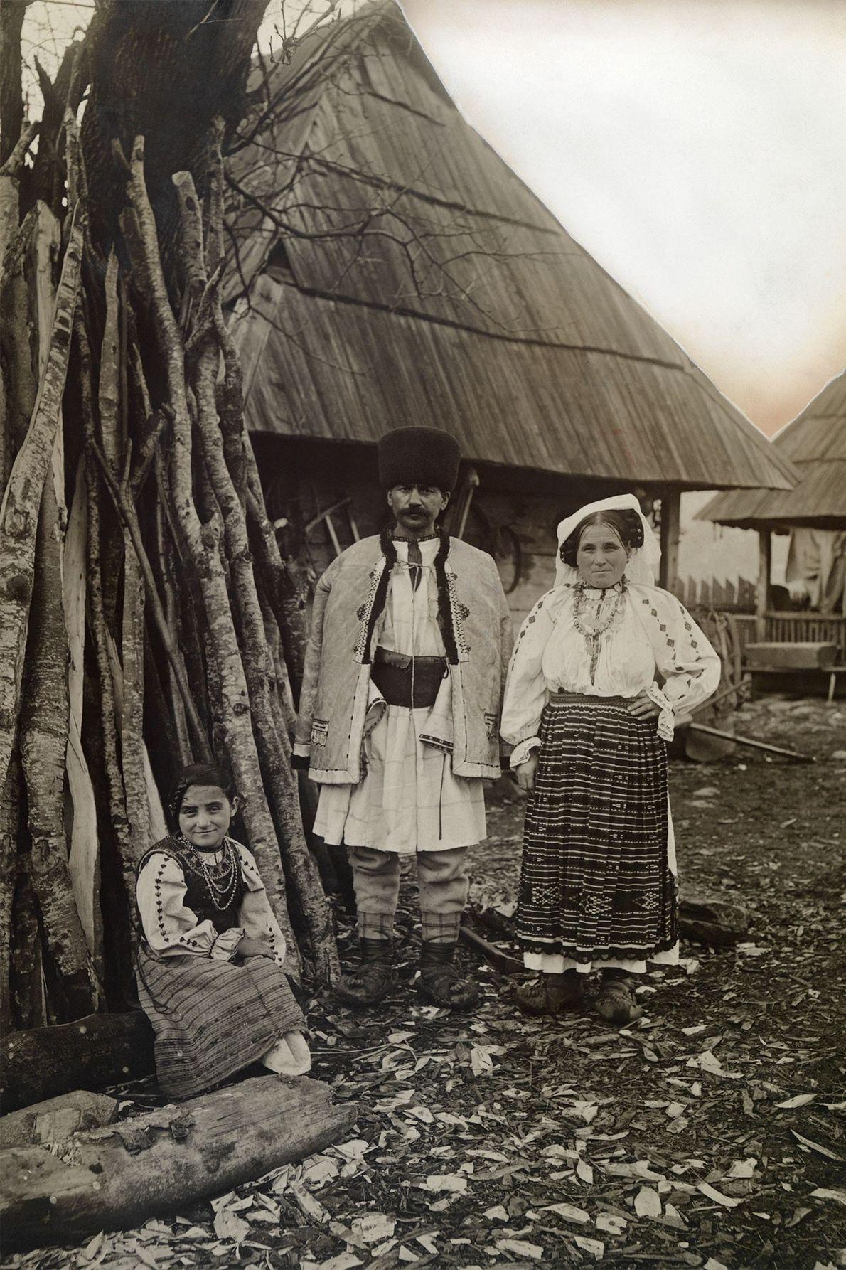 Cette famille de la Valachie prend la pose devant leur maison située en Transylvanie, dans la ...