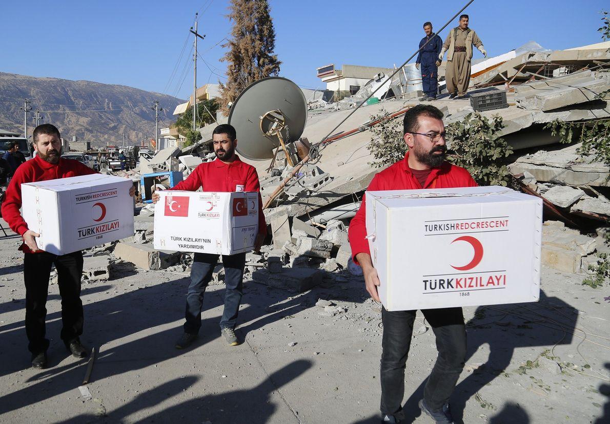Des membres du Croissant rouge turc ont rejoint la région juste après la catastrophe pour distribuer ...