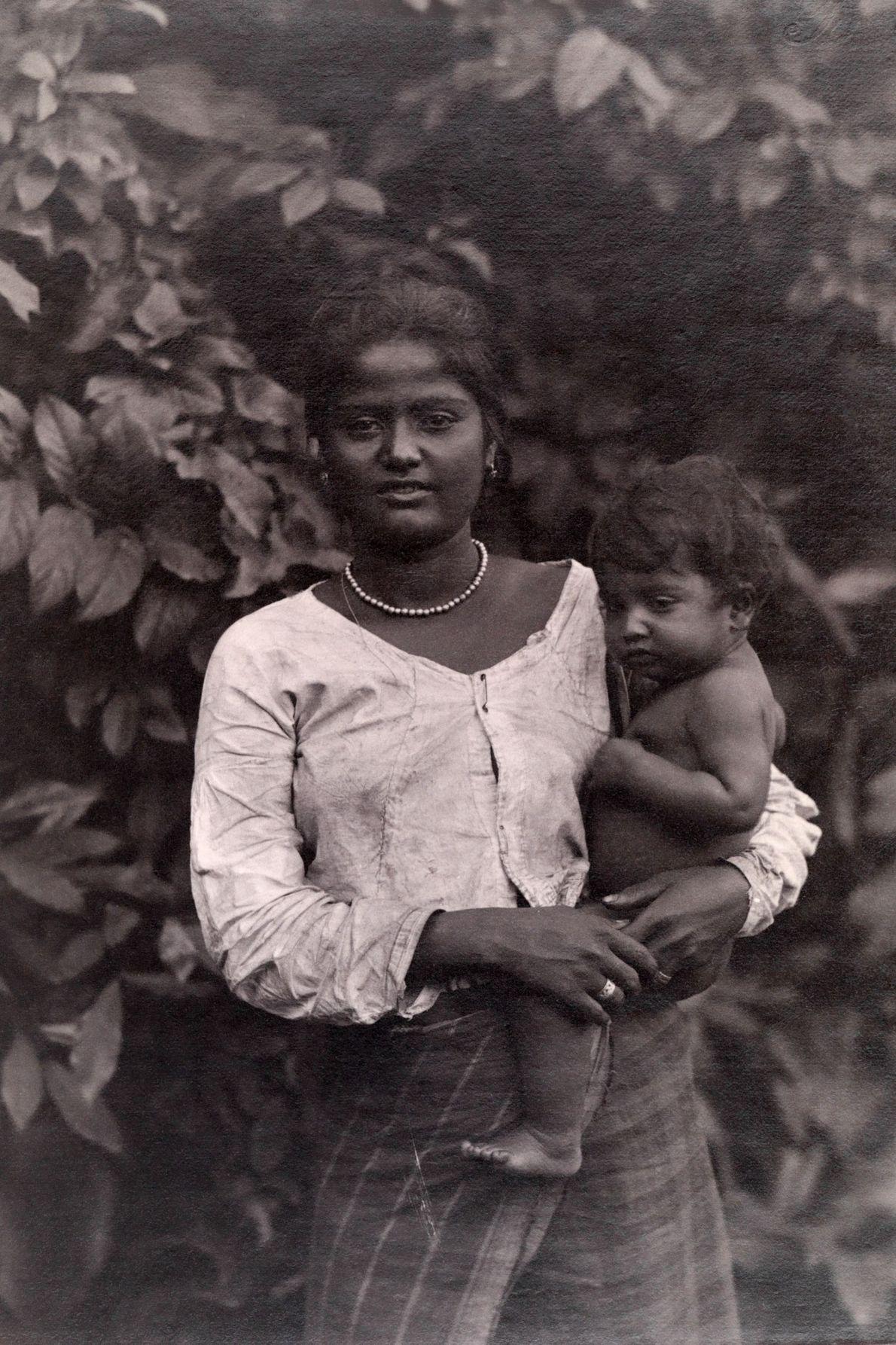 Une mère ceylanaise repose un enfant sur sa hanche.
