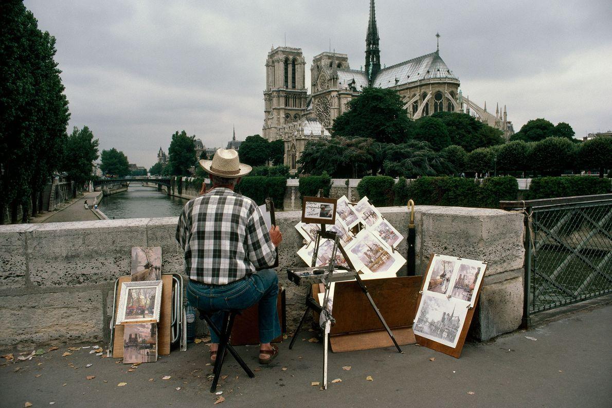 Un artiste prend Notre-Dame pour modèle depuis le pont de L'Archevêché.