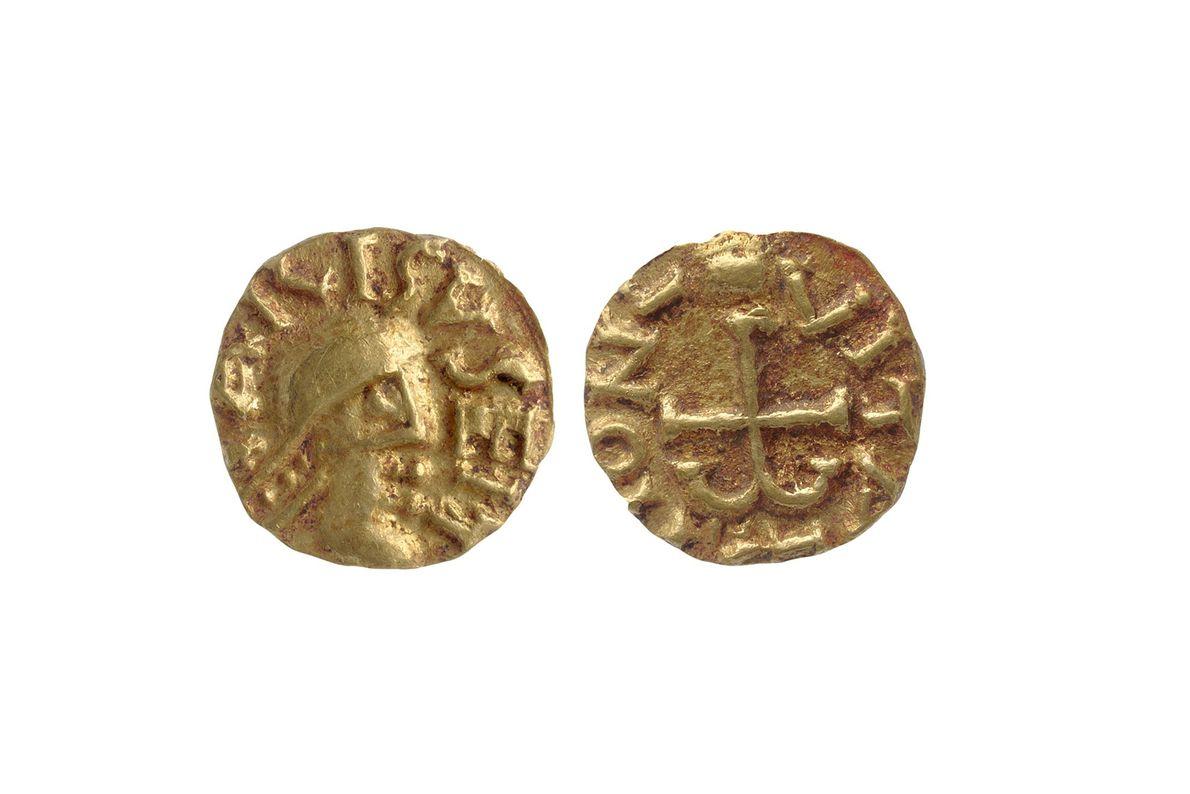 Des pièces en or découvertes à proximité immédiate de l'homme inhumé dans la sépulture ont aidé ...