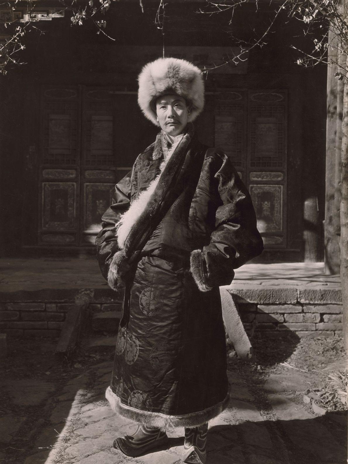 Ce prince Choni porte un costume traditionnel chinois.
