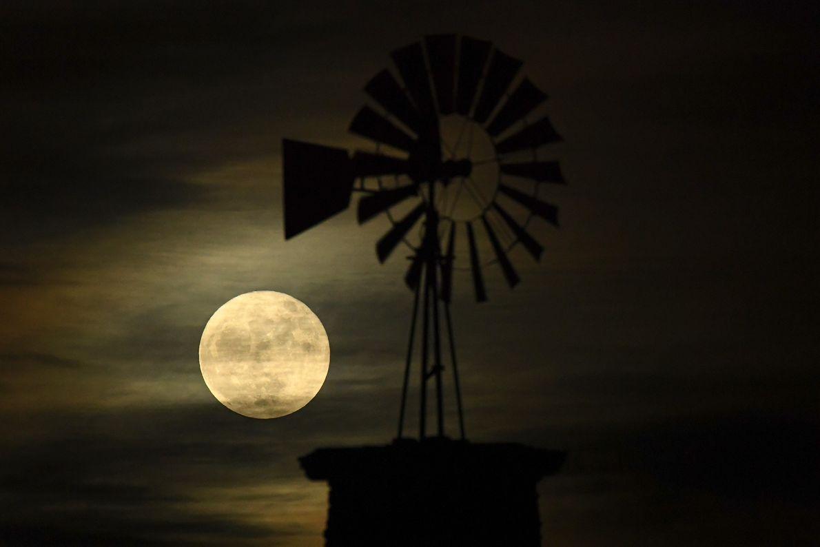 L'iconique moulin à vent de Highlands Ranch est illuminé par la super Lune dans le Colorado.
