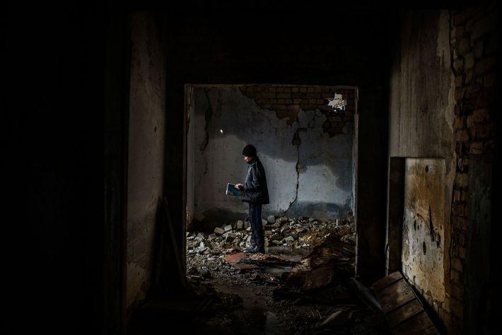 Nikita, 12 ans, dans une école bombardée en 2014 à Nikishino, dans la République populaire de ...