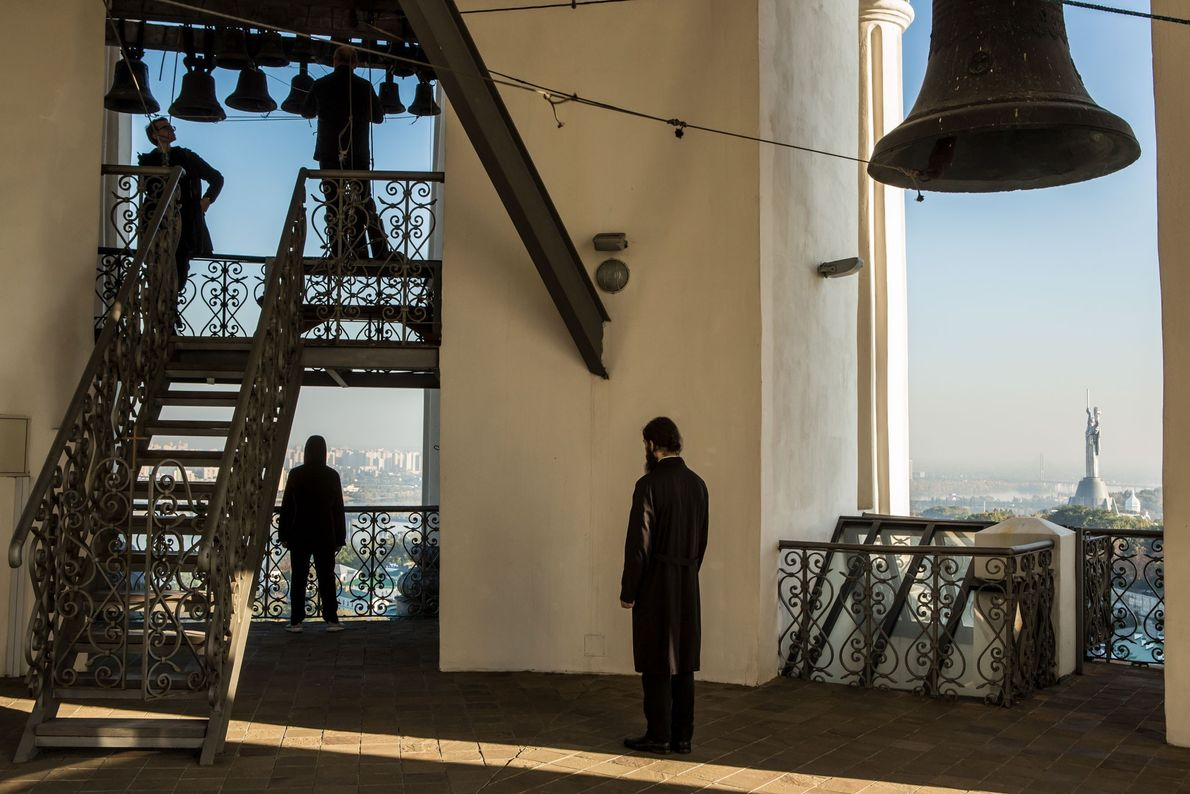 Quelques personnes écoutent le son des cloches depuis le Grand Beffroi de la laure de Kievo-Pechersk.