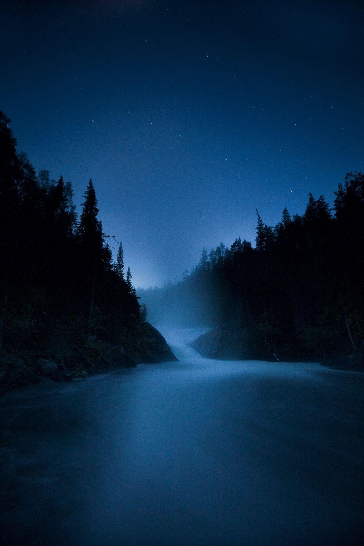 Sur les rapides de Jyrävä, à l'endroit où le fleuve Oulanka se jette dans une gorge, ...