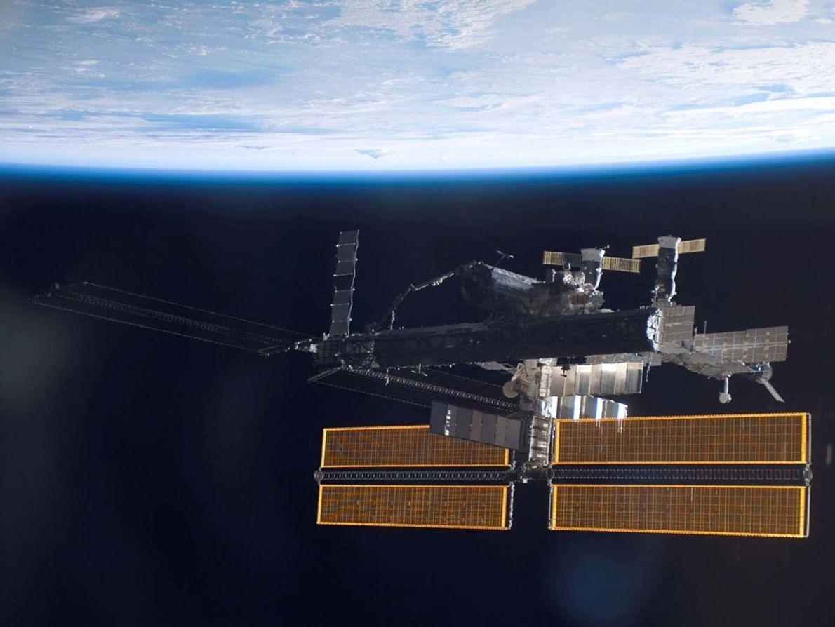 Ce cliché de la Station spatiale internationale a été pris le 17 septembre 2006, peu de ...