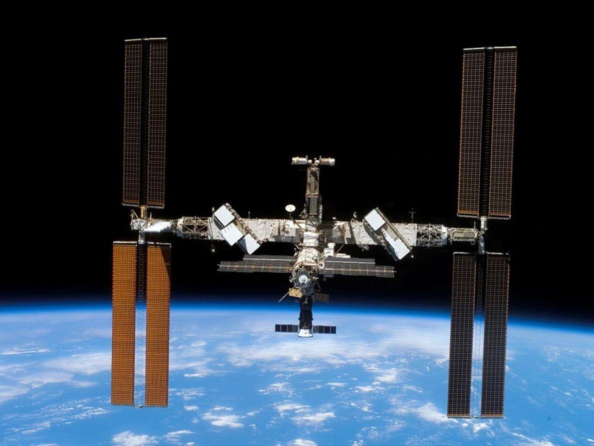 La construction de la Station spatiale internationale a débuté en novembre 1998. Cette année-là, le premier ...