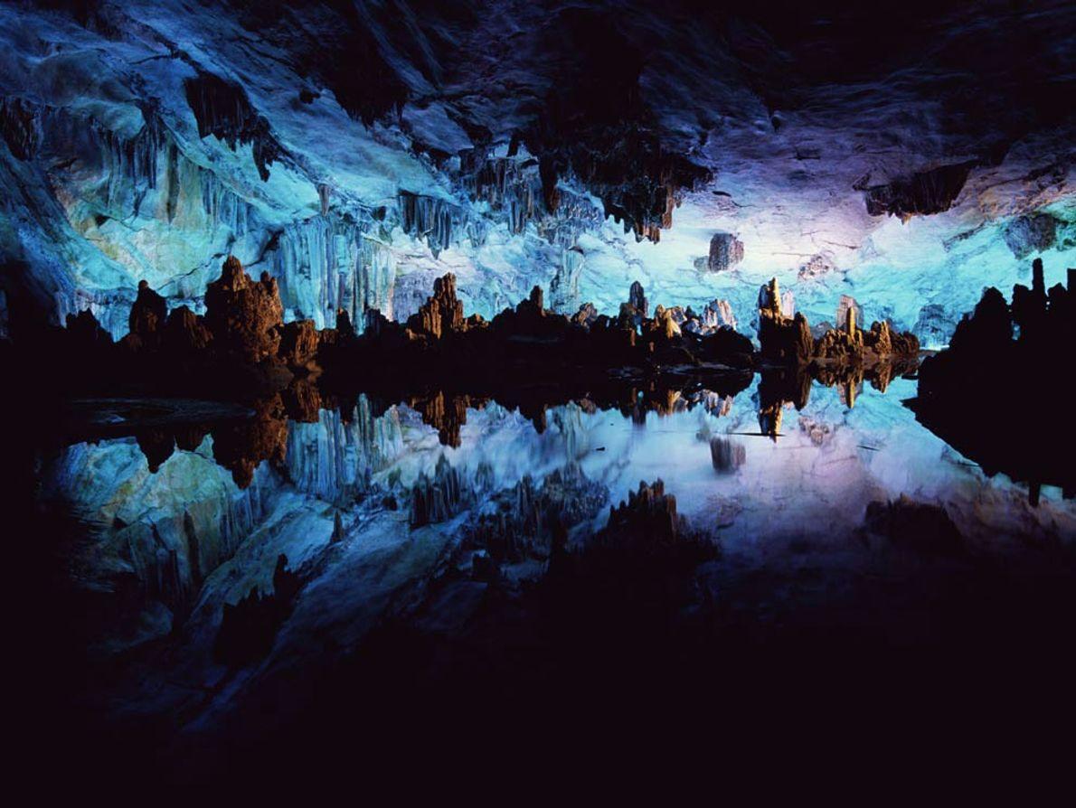 Avec ses allures dignes d'un décor de science-fiction, la grotte des Flûtes de roseau en Chine ...