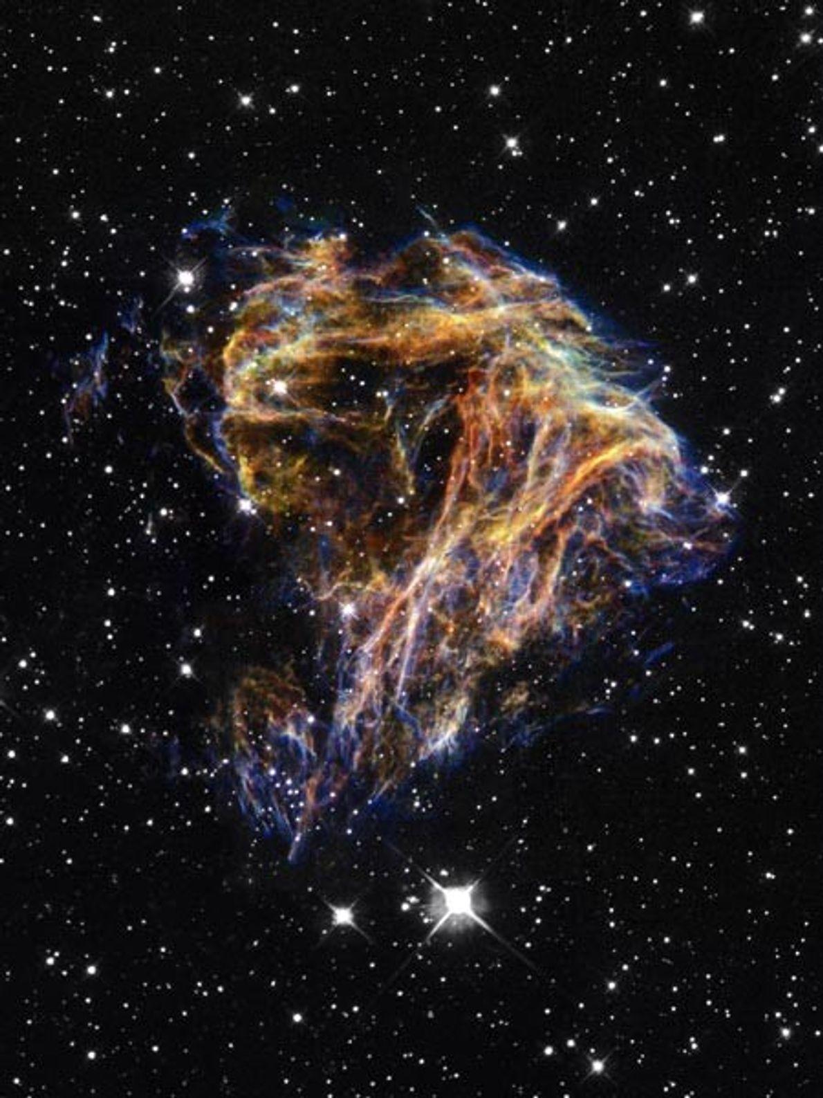 Des débris d'une étoile éclatée tourbillonnent dans la galaxie du Grand nuage de Magellan (GNM) dans ...