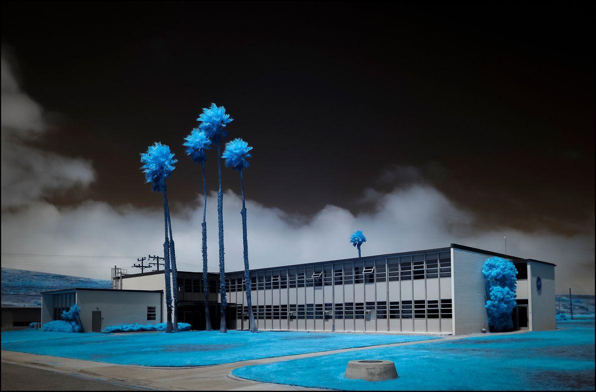 À Lompoc, en Californie, les bureaux de la NASA de la base aérienne Vandenberg semblent englobés ...