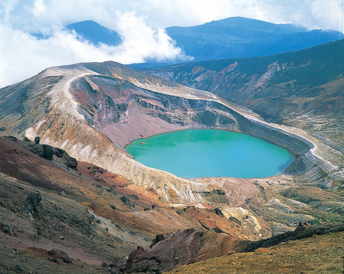 Le lac de cratère d'Okama sur le mont Zaō.