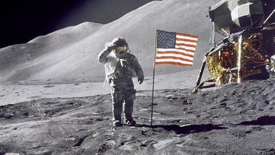 À quelques mètres devant le flamboyant module lunaire Falcon, le commandant de la mission Apollo 15, Dave ...