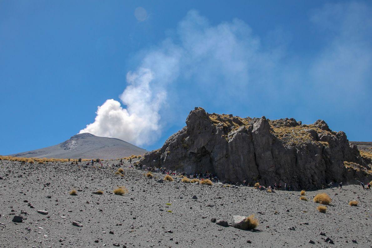 La cérémonie se termine sur une nouvelle explosion du volcan, la foule se recueille, se rassemble ...