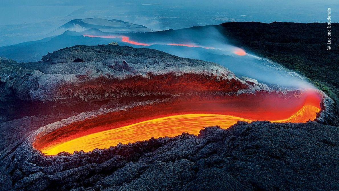 Ce cliché de lave s'écoulant d'une crevasse sur l'Etna, photographié par l'Italien Luciano Gaudenzio, a remporté le ...