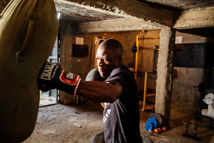 James Onyango, dit « Onyi », s'entraîne dans sa salle de sport à Kariobangi. Louis Nderi raconte : « Lorsque j'ai rencontré ...