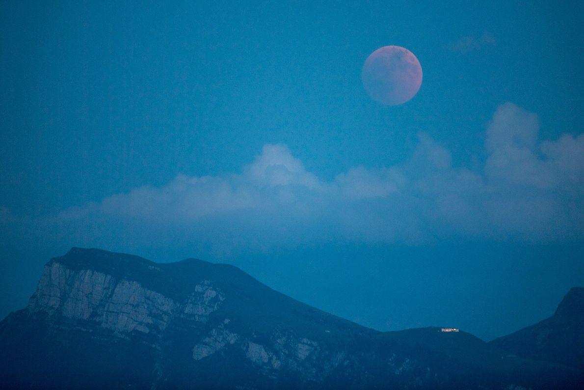 La lune se teinte de rouge pendant l'éclipse lunaire totale vue de Lucerne, en Suisse, le ...