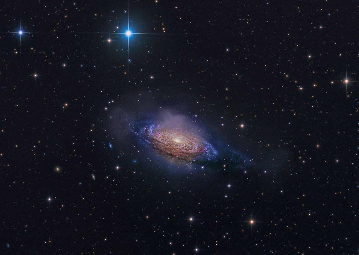 La galaxie spirale NGC 3251 ressemble à un brasier multicolore dans cette image produire grâce à ...