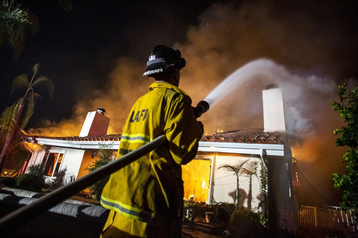 À West Hills, en Californie, les pompiers tentent d'éteindre les flammes de l'incendie Woolsey qui ont ...