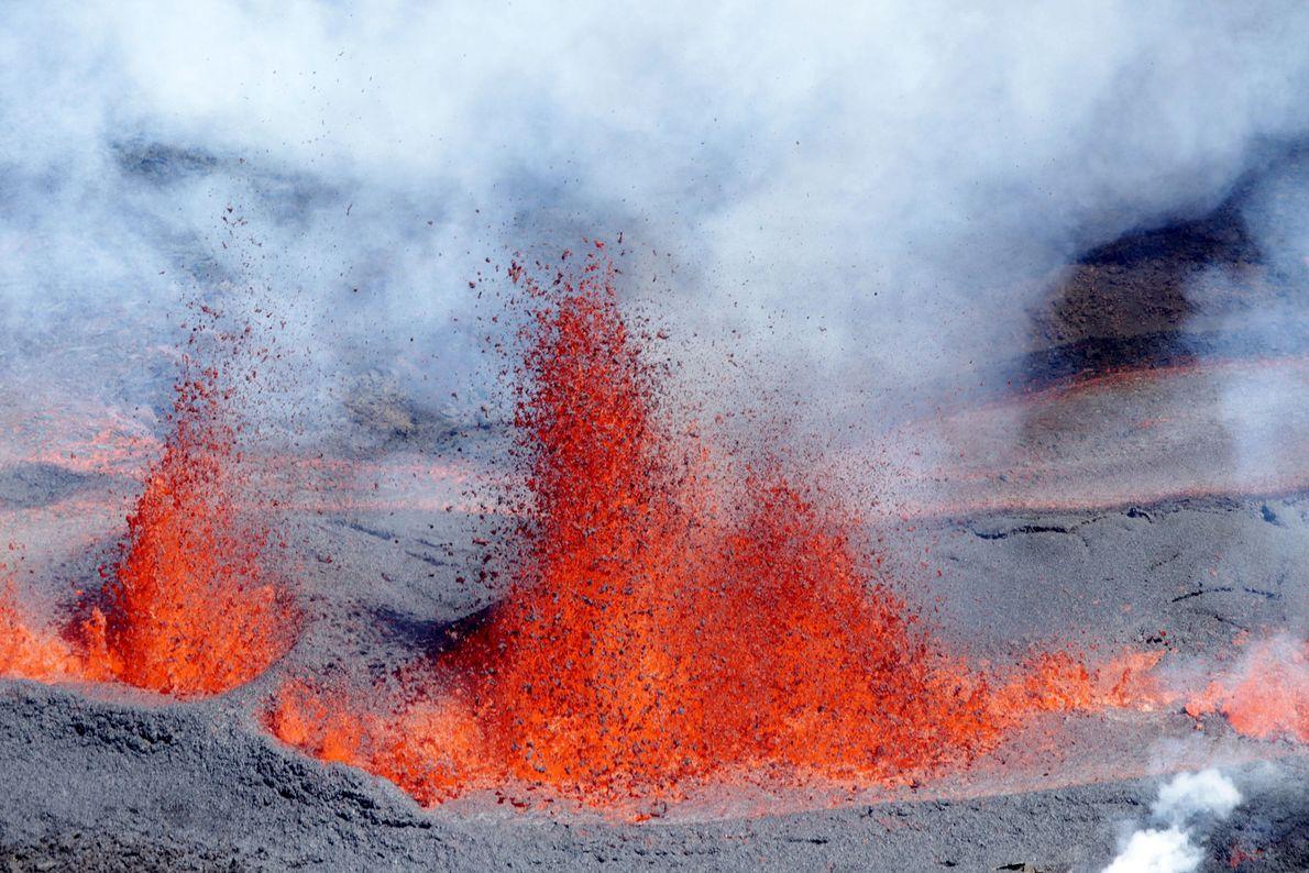L'un des volcans les plus actifs au monde est le Piton de la Fournaise situé sur ...