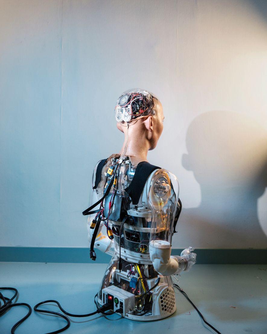 Vu de dos, le robot Sophia dévoile la complexité de sa technologie.