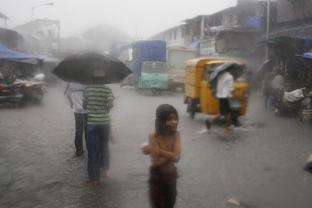 Un orage inonde les rues de Dharavi, en Inde, en 2006.
