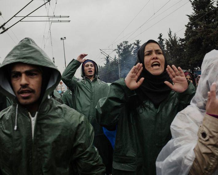 Un groupe de réfugiés proteste contre la fermeture de la frontière macédonienne alors que les conditions ...