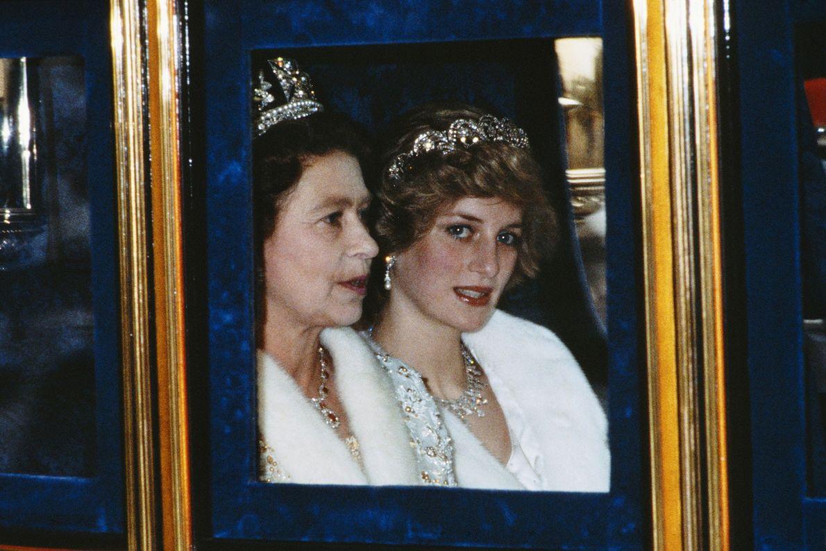 Photo de la Princesse de Galles et de la Reine se rendant à l'ouverture du Parlement, ...