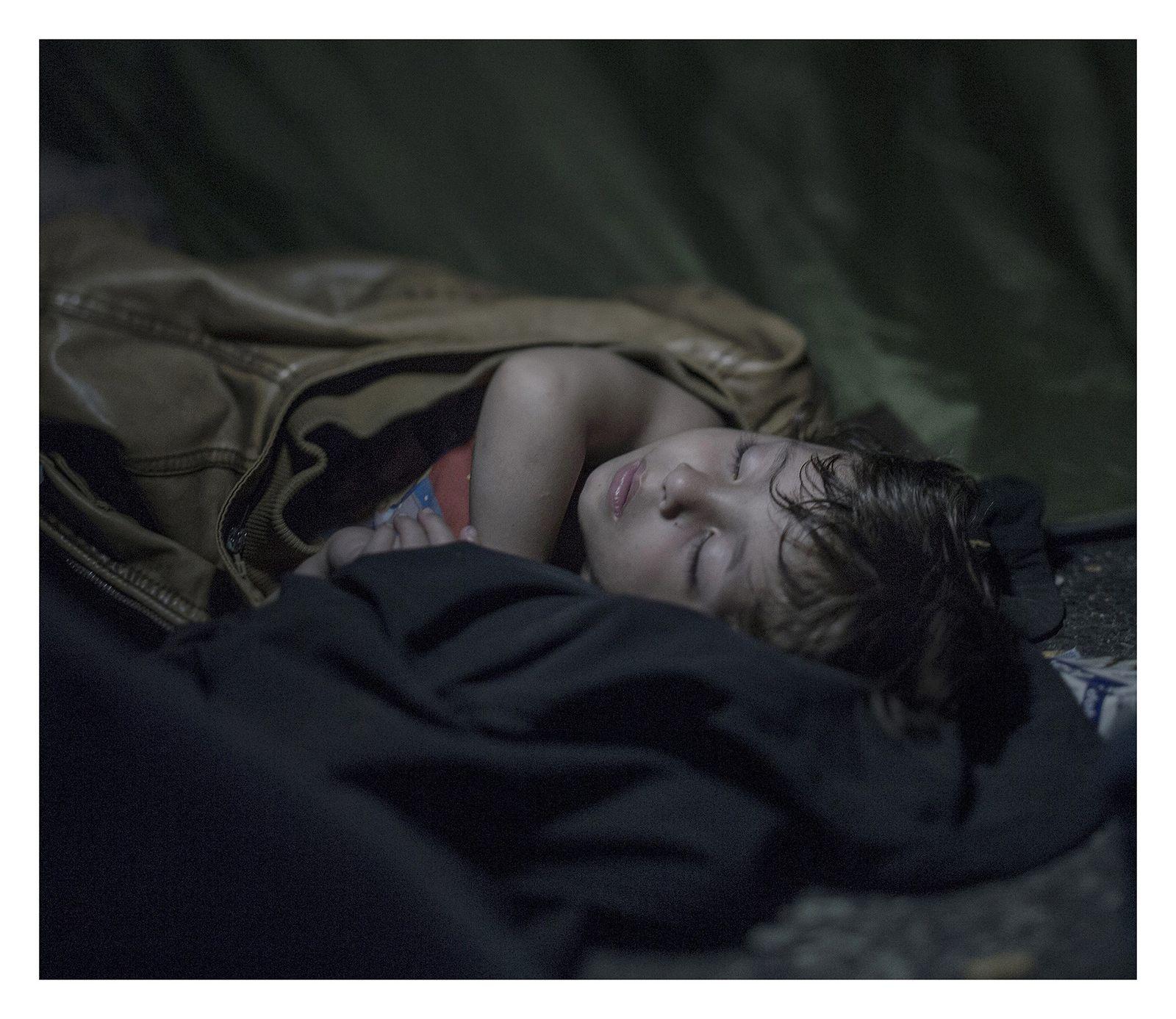 Troublantes photos d'enfants réfugiés dans leur sommeil