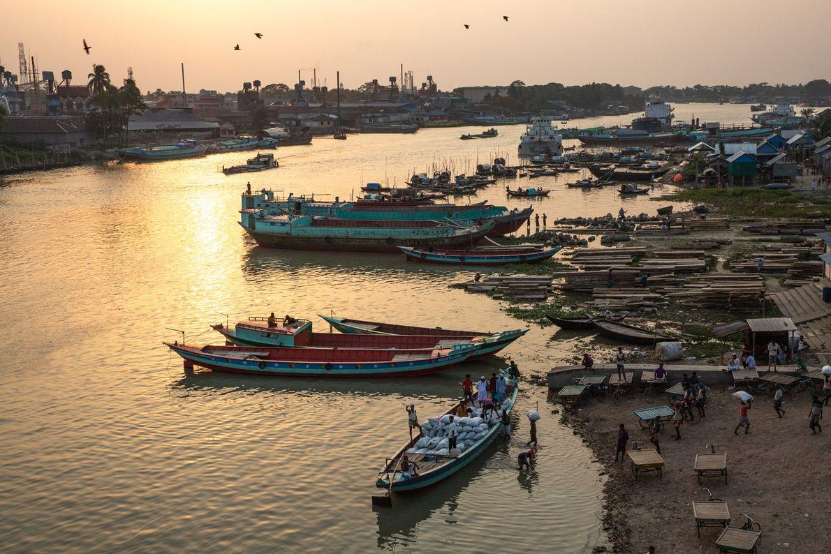 Des bateaux se rassemblent sur le fleuve Meghna, l'un des trois principaux affluents du delta du ...