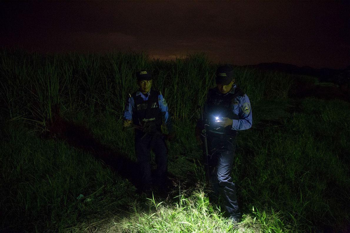 La police arrive sur les lieux d'un règlement de compte dans la banlieue marécageuse de San ...