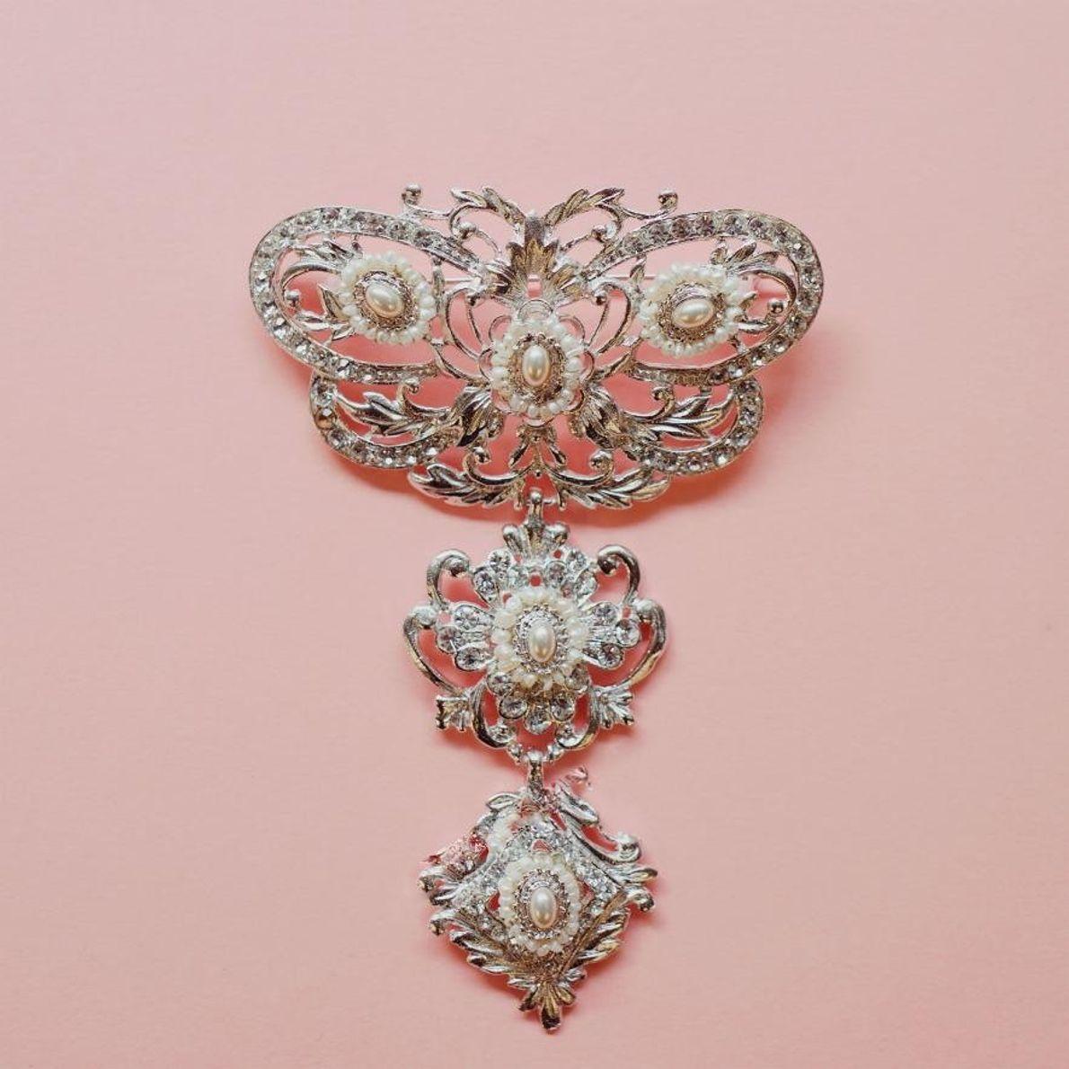 La « cholla », ou broche, est portée par les falleras sur l'avant de leur corset. ...