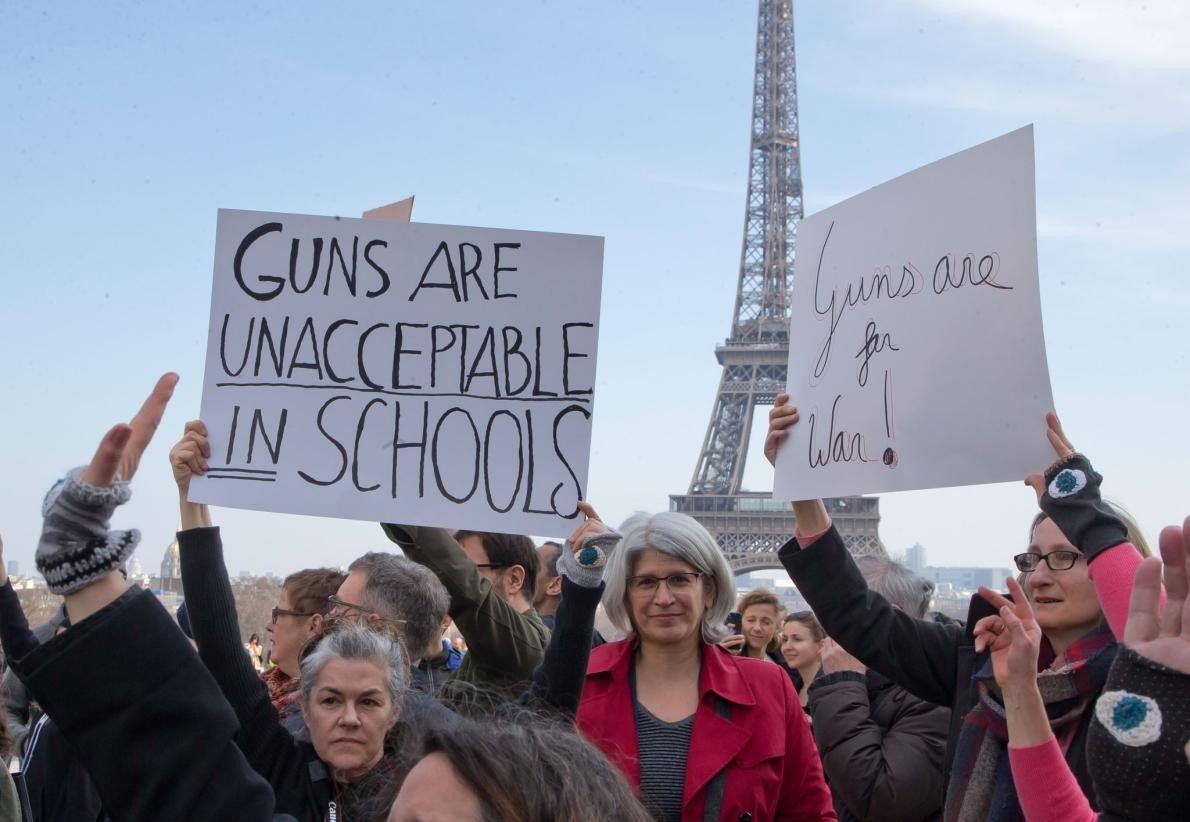 À Paris, les manifestants affichent des pancartes pendant le rassemblement March for Our Lives.
