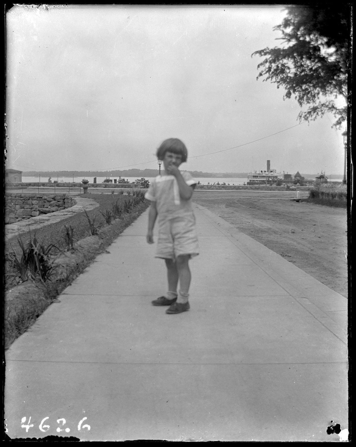 Un enfant à l'identité inconnue sur Hart Island, vers 1913.