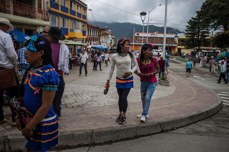 Angélica, Francy et une collègue passent leur samedi après-midi à Santuario. Les habitants du village sont ...