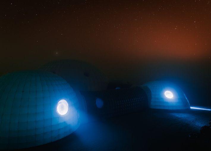 La nuit, la température à la Station Kepler pouvait descendre jusqu'à atteindre le point de rosée, ...