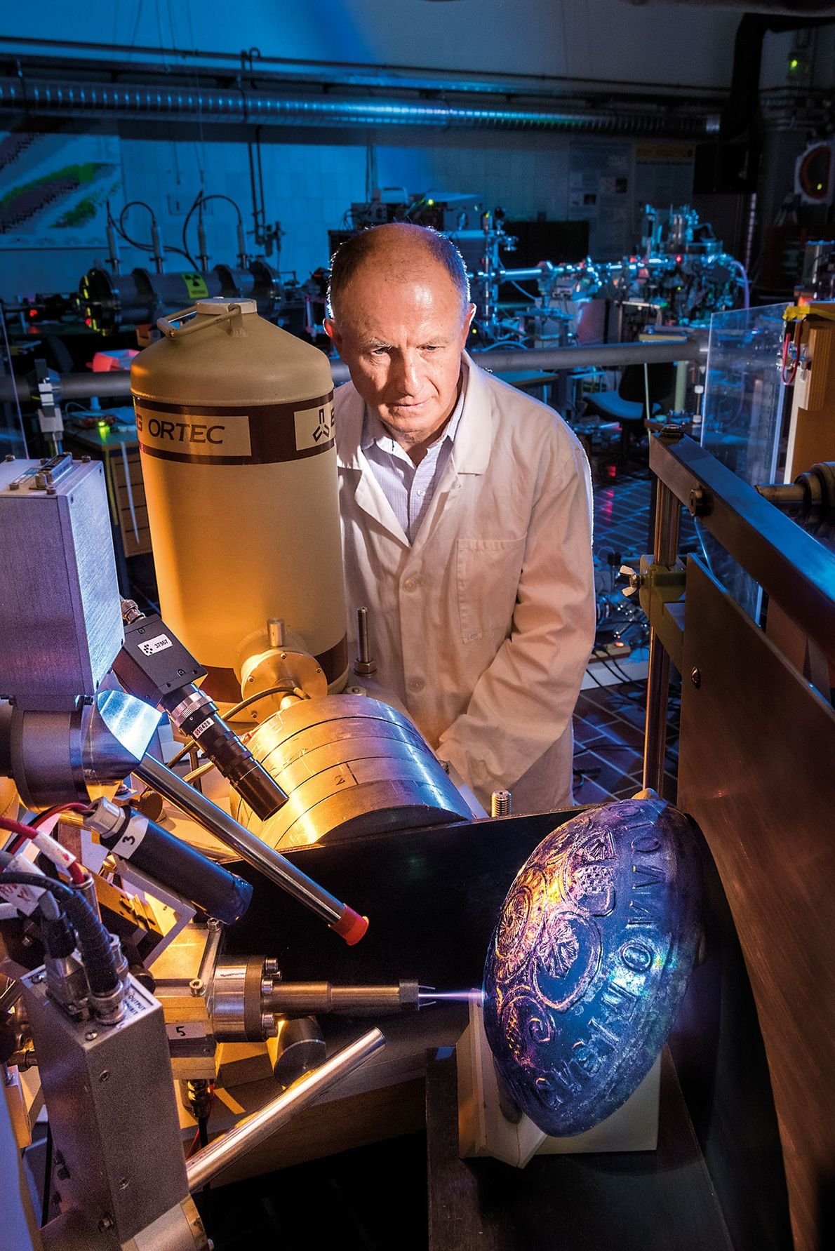 Le Dr. Žiga Šmit se tient à côté d'un accélérateur linéaire capable d'analyser la composition chimique ...