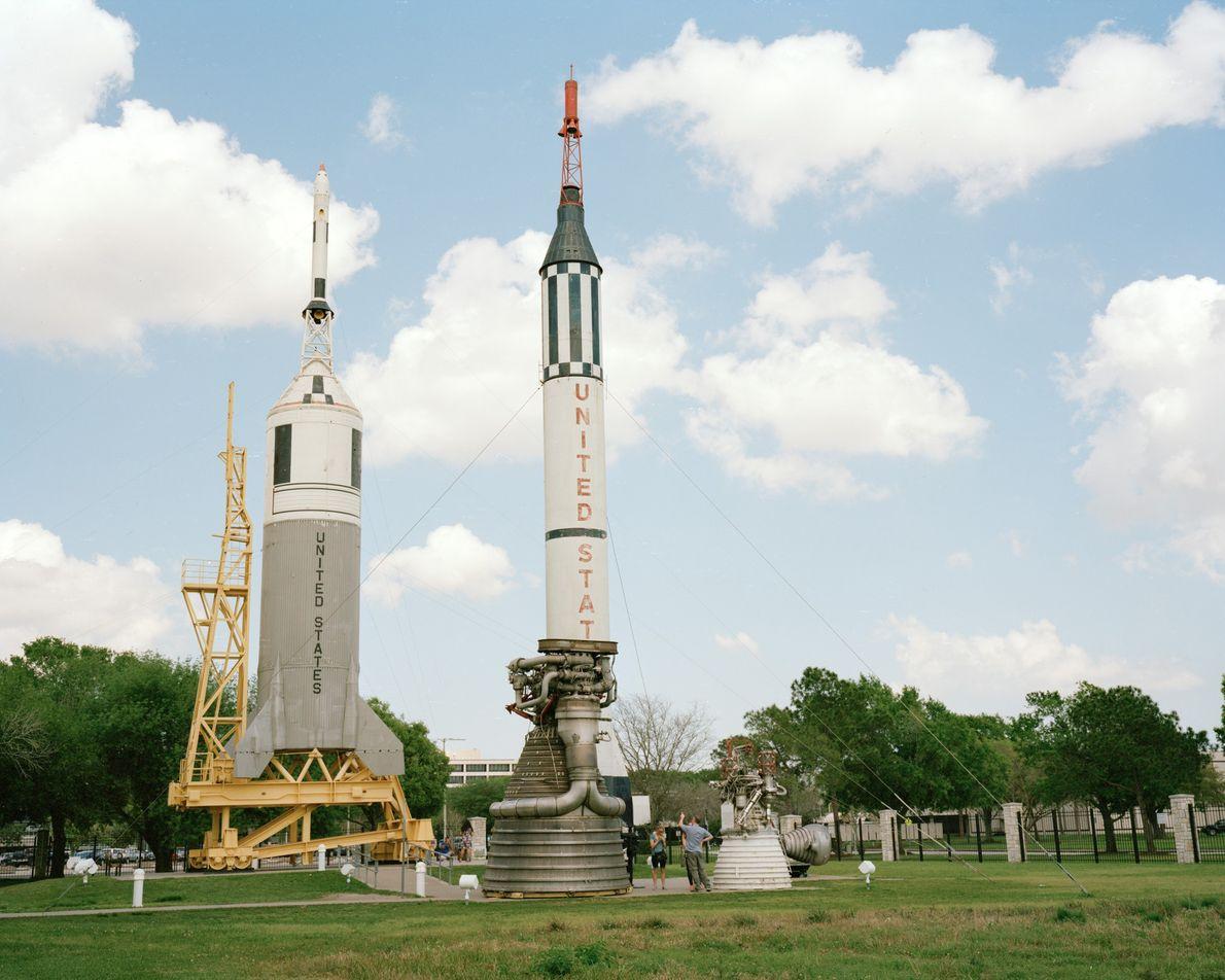 Des visiteurs se promènent dans le Rocket Park du Centre spatial Johnson à Houston, au Texas, ...