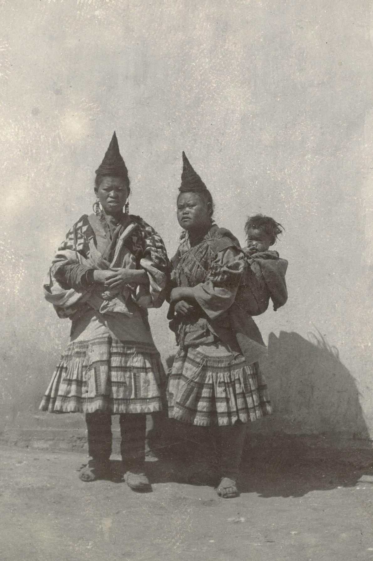 Dans la province du Yunnan, en Chine, la coiffure en forme de corne que portent ces ...