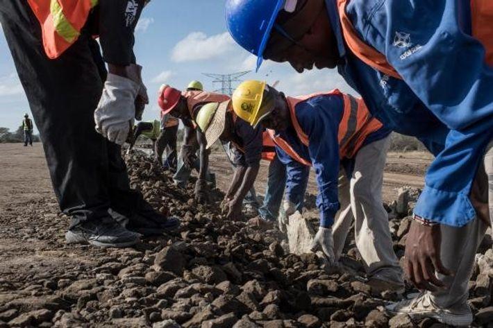 Les travailleurs de la China Road and Bridge Corporation (CRBC), la société chargée de construire le ...