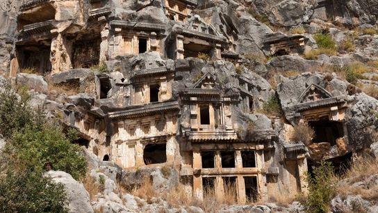 Conçus comme des maisons d'outre-tombe, les tombeaux de Myre ont étés sculptés par les Lyciens, peuple ...
