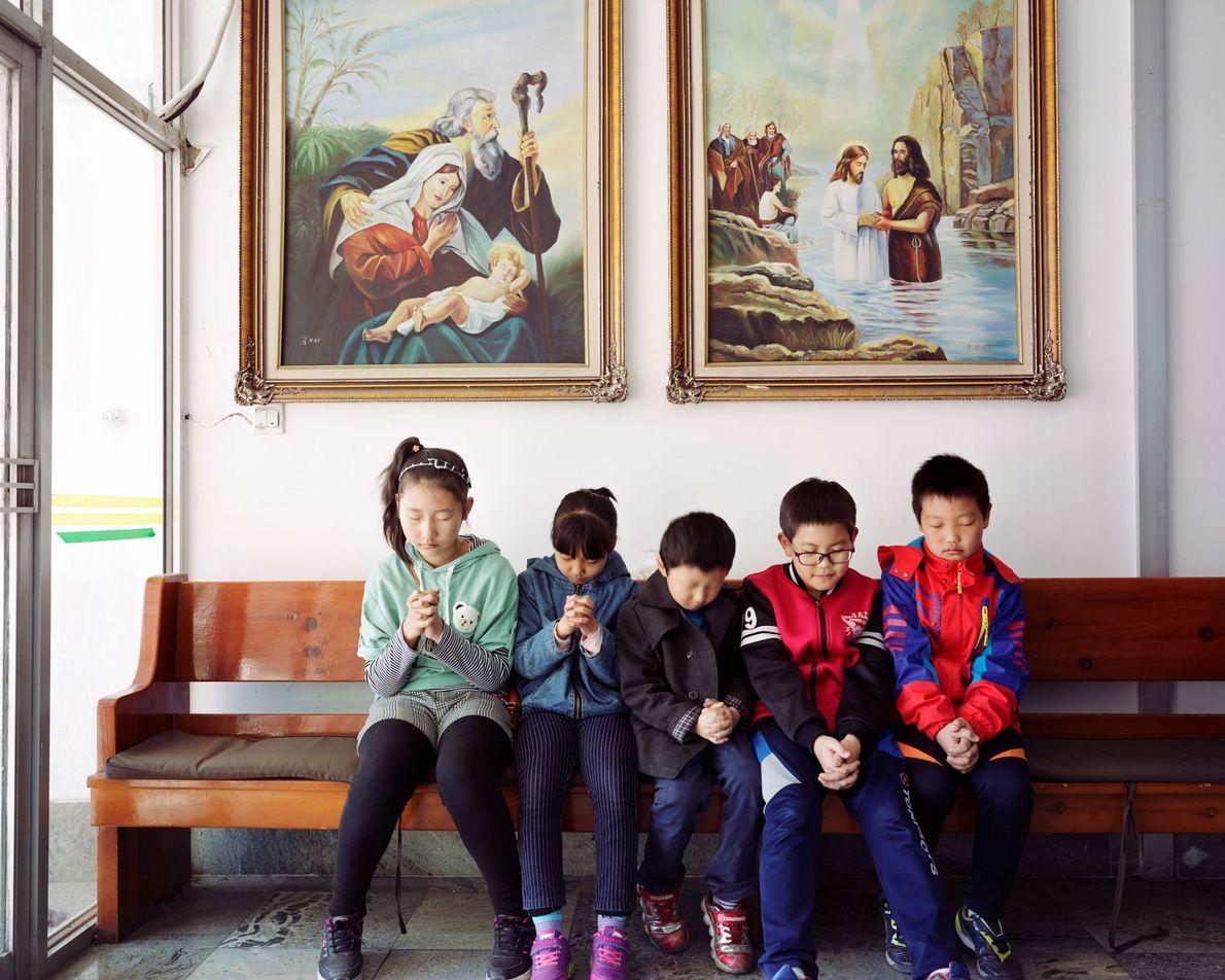 Sur ce cliché de 2017, cinq enfants coréens prient dans une église locale à Longjing dans ...